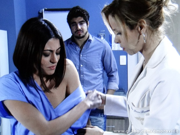 Glauce tenta dar uma tranquilizada para que Silvia fique mais calma (Foto: Amor à Vida / TV Globo)