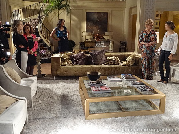 Amora e Bárbara não perdem a chance de aparecer bem na foto nunca (Foto: Sangue Bom/TV Globo)