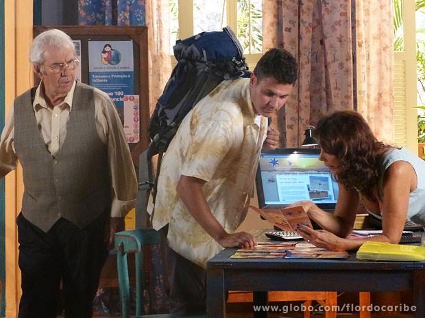 Ao ver a esposa com um turista, Samuel não se aguenta de ciúmes (Foto: Flor do Caribe / TV Globo)