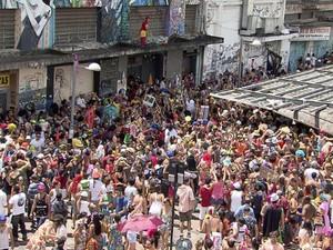 Foliões seguem o bloco 'Então, Brilha!', no Centro de Belo Horizonte (Foto: Reprodução/TV Globo)