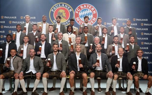 BLOG: Prost, Ancelotti! Técnico entra no clima em tradicional sessão de fotos para cervejaria