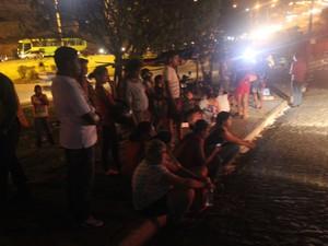 Familiares de presos permanecem em frente a Casa de Custódia  (Foto: Ellyo Teixeira/G1)