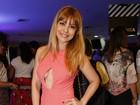 Simone Soares usa look decotado e mostra demais em pré-estreia