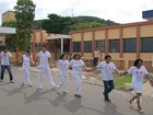Servidores 'abraçam' Santa Casa em protesto contra o fim de maternidade