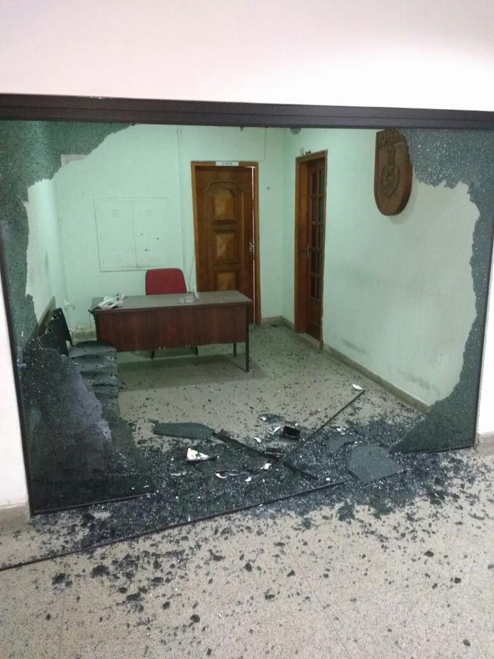 Disparo atingiu porta de vidro da sala do comandante (Foto: Enviado por WhatsApp)