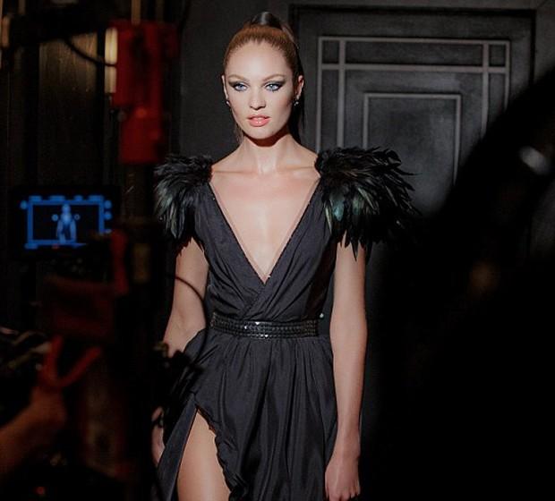 Supersexy! Candice Swanepoel posa para campanha com decote e fenda