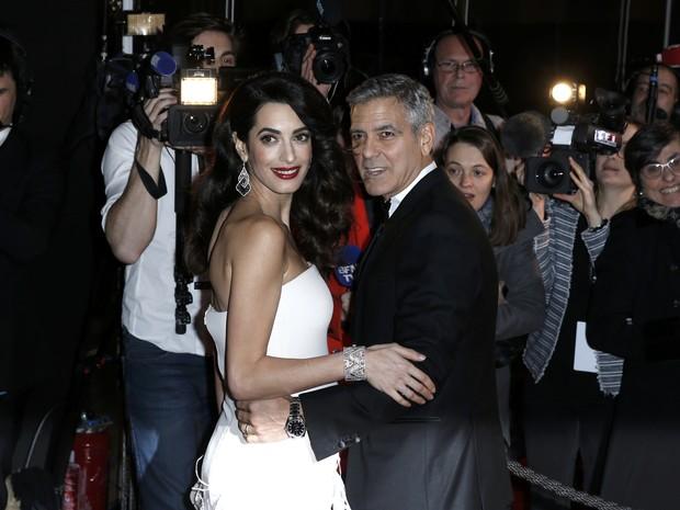 George Clooney e a mulher, Amal Alamuddin, em premiação em Paris, na França (Foto: Gonzalo Fuentes/ Reuters)
