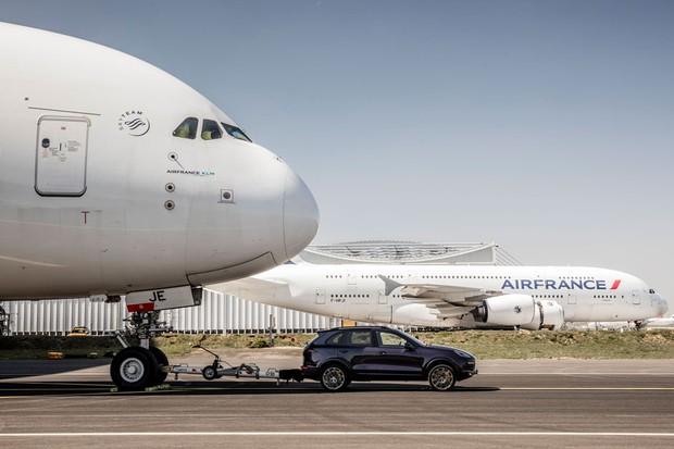 Porsche Cayenne reboca maior avião comercial do mundo (Foto: Divulgação)