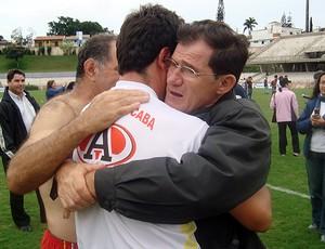 Valdir Cipriani, vice-presidente do Atlético Sorocaba, e Fernando Diniz, técnico (Foto: Benjamim Pesce/Globoesporte.com)