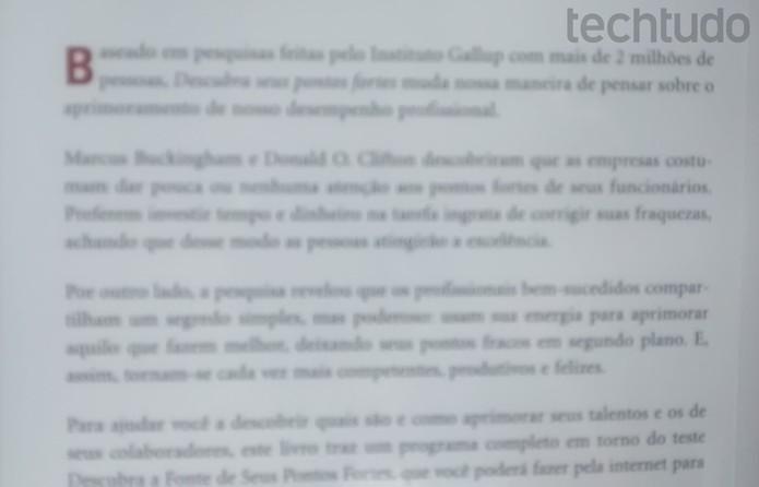A câmera do Moto E não consegue focar nas letras em uma folha de papel  (Foto: Laura Rezende /TechTudo)