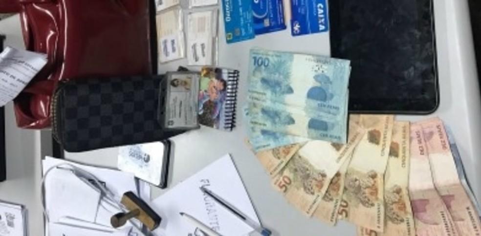 Suspeita presa em flagrante foi presa com dinheiro, cartões e celulares (Foto: SSPDS/Reprodução)