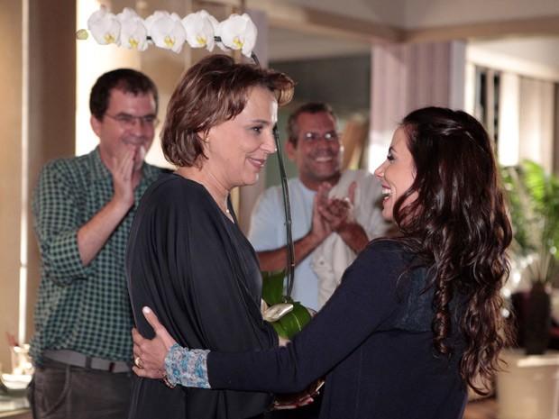 Ana ganha flores dos colegas de elenco no último dia de gravação (Foto: Salve Jorge/TV Globo)