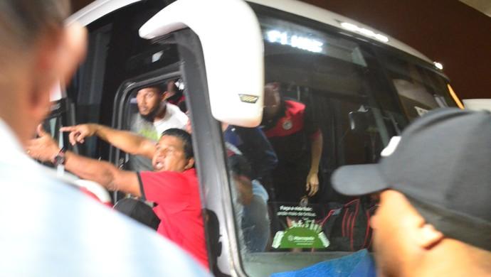botafogo-pb, campinense, briga, ônibus (Foto: Hévilla Wanderley / GloboEsporte.com)