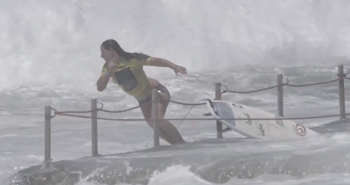 Surfista Tyler Wright é jogada sobre rochas (Foto: Reprodução/YouTube)