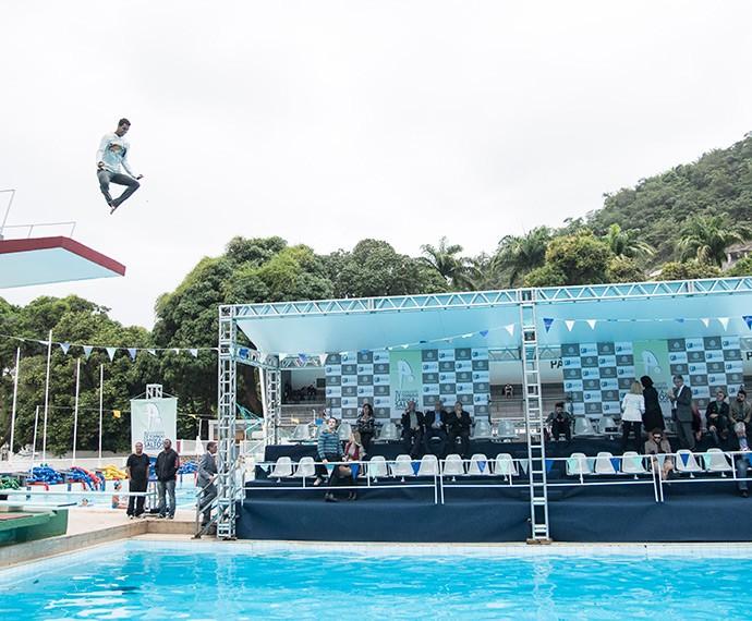 Marcello Melo Jr. dá um salto daqueles (Foto: Raphael Dias/Gshow)