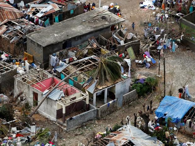 Casas destruídas são vistas em Jeremie, no Haiti, após a passagem do furacão Matthew. Mais de 100 pessoas morreram no país (Foto: Carlos Garcia Rawlins/Reuters)