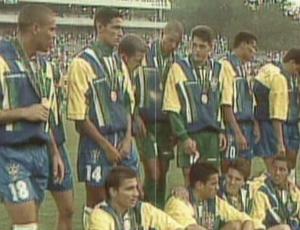 Seleção recebe o bronze nos Jogos de Atlanta (Foto: Reprodução SporTV)