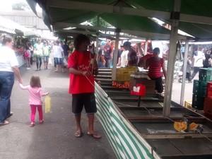 Miguel ajuda a desmontar barracas na feira de Brás Cubas, em Mogi em troca de alimentos (Foto: Jamile Santana/ G1)