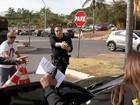 Policial aponta arma para motorista de senador parado em local proibido