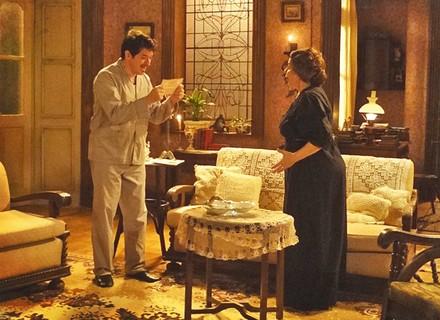 Nasceu! Longe de casa, Teresa dá à luz um menino e avisa Praxedes