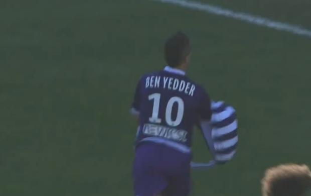df59badc18 Jogador tira camisa após fazer gol e surpreende com outra igual por ...