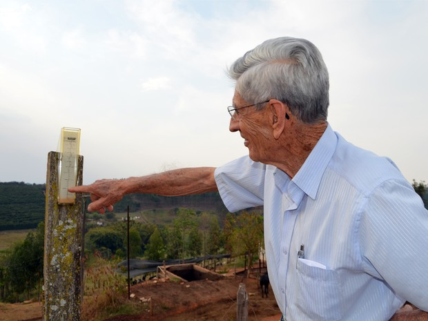 Seu Hermano mostra pluviômetro sujo de poeira com escassez de chuvas em Paraguaçu, MG (Foto: Samantha Silva / G1)