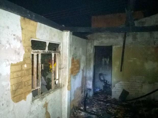 Testemunhas disseram que fogo teria sido colocado pela proprietária do imóvel (Foto: Corpo de Bombeiros)