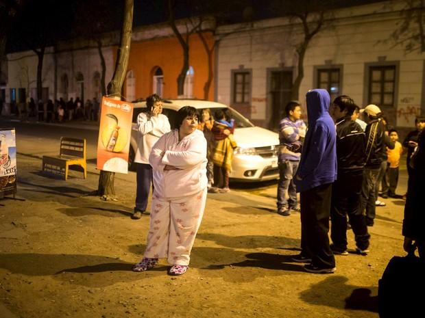 Chilenos ficam na rua após terremoto atingir Santiago nesta quarta (Foto: Pablo Sanhueza / Reuters)