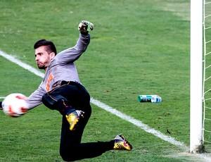 Victor defesa treino Atlético-MG (Foto: Alexandre Rezende)
