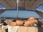 Mônica Carvalho mostra corpão de biquíni durante viagem para a Itália