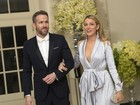 Blake Lively usa look decotado e com fenda em evento com Ryan Reynolds