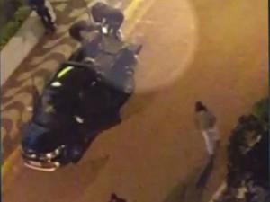 Assaltantes arrastam cofre até carro em mega-assalto em Capivari (Foto: Reprodução/EPTV)