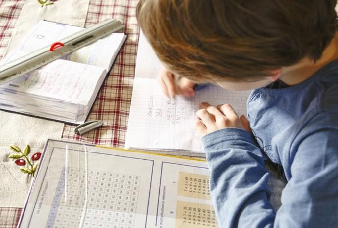 Criança estudando matemática