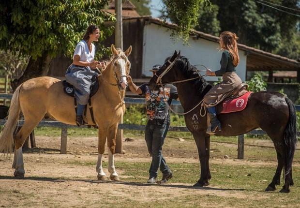 Bruna Marquezine e Marina Ruy Barbosa em aula de equitação (Foto: Maurício Fidalgo/Divulgação TV Globo)