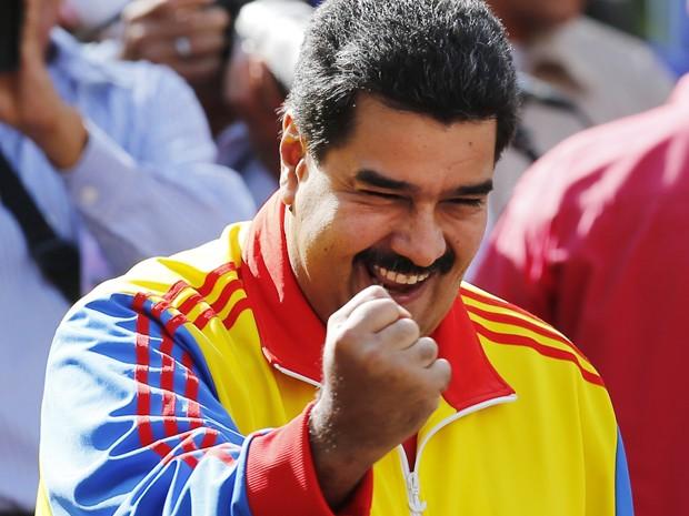 O presidente da Venezuela, Nicolás Maduro, faz gesto para participantes de manifestação a seu favor em Caracas, na sexta (28) (Foto: AP Photo/Ariana Cubillos)