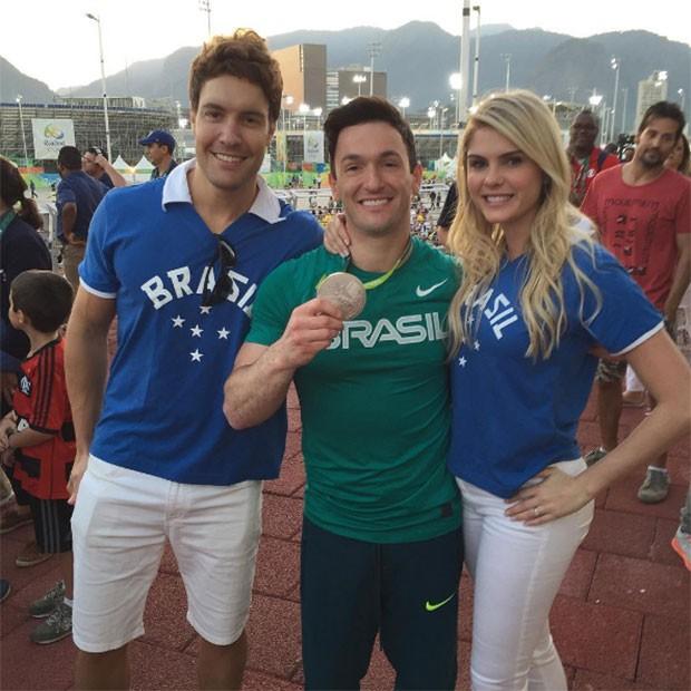 Bárbara Evans e o namorado, Tony Villarejo, posam com Diego Hypólito (Foto: Reprodução / Instagram)