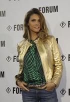 Fernanda Lima usa jaquetão dourado na SPFW