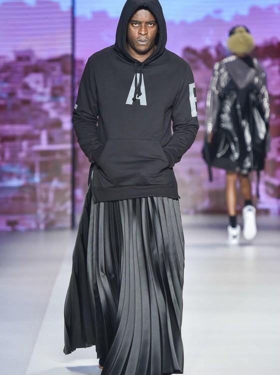 O cantor Seu Jorge surpreendeu e desfilou de saia na estreia da grife na São Paulo Fashion Week (Foto: Divulgação)