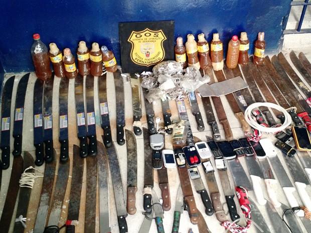 Polícia apreendeu facões, facas, drogas e celulares no presídio (Foto: Penélope Araújo/G1)