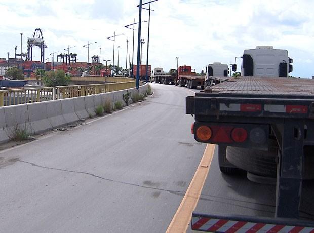 Caminhoneiros bloqueiam acesso ao porto, em Salvador. (Foto: Imagens/Tv Bahia)