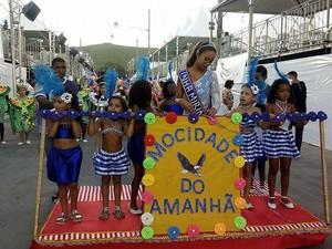 Escola Mirim Mocidade do Amanhã abriu a programação de domingo (19) na Passarela do Samba em Juiz de Fora (Foto: Funalfa/Divulgação)