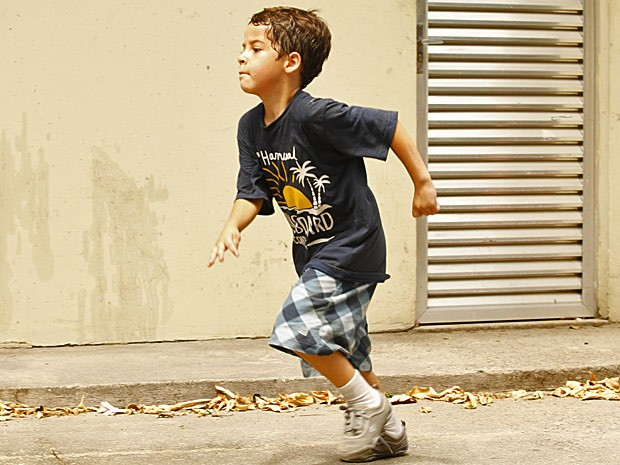 Junior não quer saber de confusão e decide se separar do grupo (Foto: Salve Jorge/TV Globo)