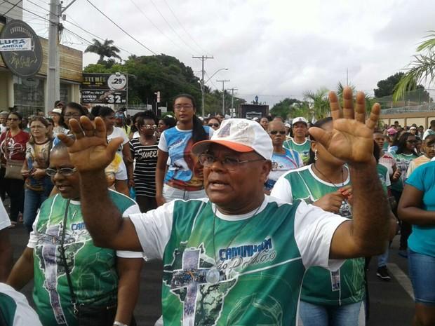 Fiéis participam de caminhada em Feira de Santana (Foto: Aldo Matos/Acorda Cidade)