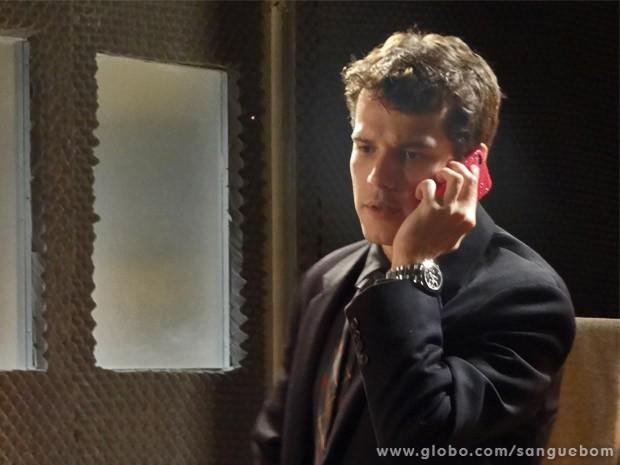 Maurício não economiza grosseria ao atender Bento no celular de Amora (Foto: Sangue Bom/ TV Globo)