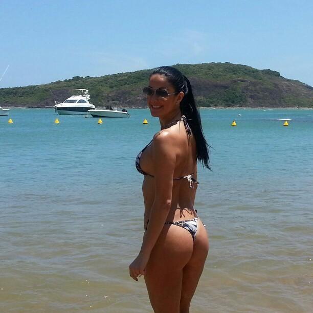 Helen Ganzarolli esbanja boa forma na praia (Foto: Reprodução ...