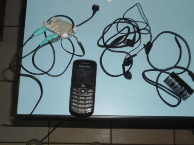 Mulher tentou entrar com celulares, fones de ouvido e pendrives escondidos na vagina. (Foto:  Divulgação / Iapen Acre)