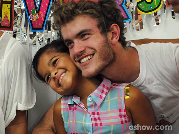 Vitor Thiré fez questão de dar um abraço em Natalia (Foto: Malhação/TV Globo)
