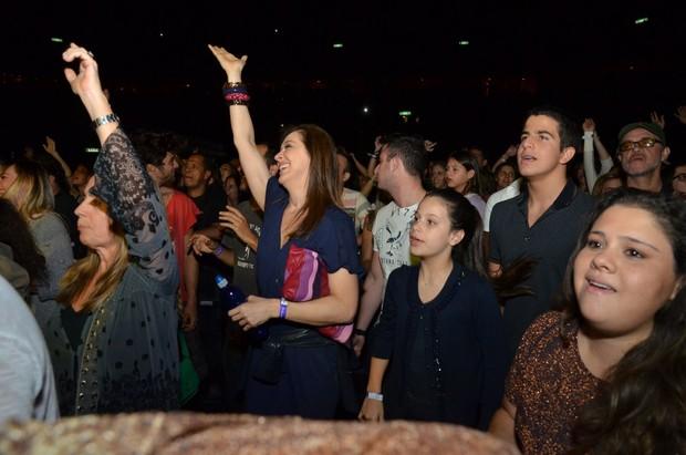 Claudia Raia se diverte com os filhos, Enzo e Sophia, no show de Ivete (Foto: Felipe Panfili e Leo Marinho/AgNews)