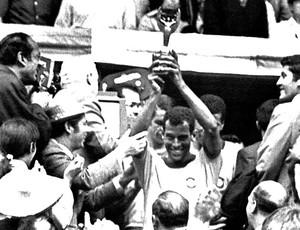 Carlos Alberto Torres com a taça da Copa do Mundo de 1970 (Foto: AFP)