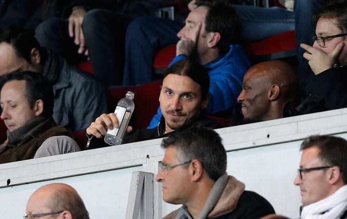 Ibrahimovic na arquibancada, PSG (Foto: AP)